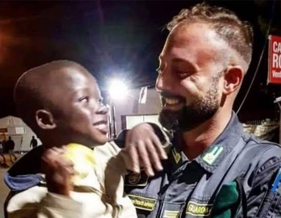 "Lampedusa, la foto dice: ""Prima la vita"""