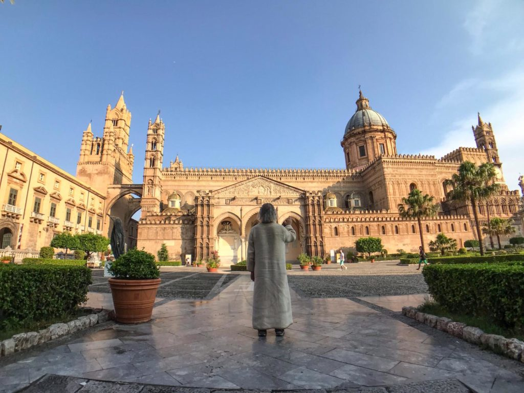 Misteriosa apparizione alla Cattedrale di Palermo. Caccia all'uomo vestito da Gesù