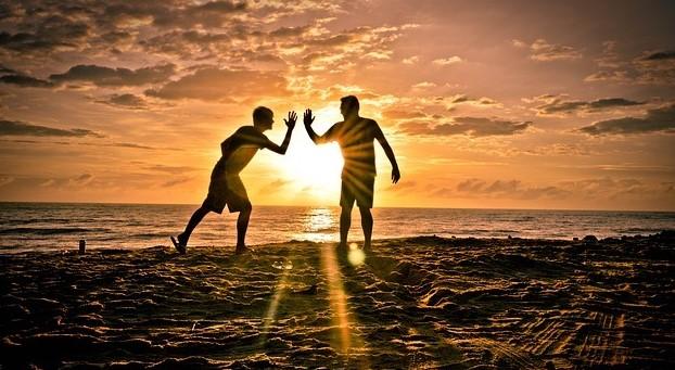 Una borsa ci dice che l'amicizia può essere più forte dell'amore